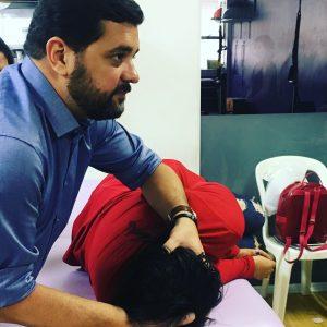 Fisioterapeuta tratando vertigem